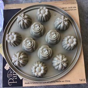 Pampered Chef Silicone Floral Cupcake Pan NEW
